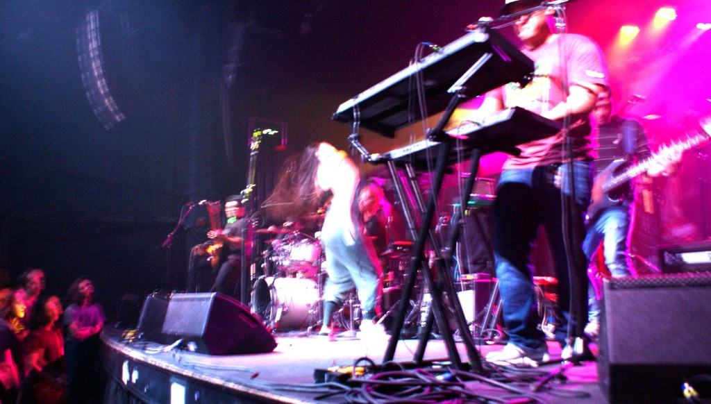 Hair toss, Leilani Wolfgramm, Aggie Theater, Ft. Collins, By De La Vaca for YS Magazine